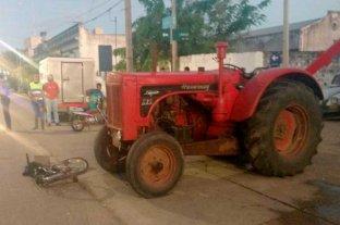 Estaba borracho, manejaba un tractor en plena ciudad y atropelló a una mujer -  -
