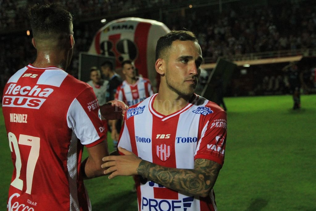 Fragapane: un contrato que se quiere y no se puede renovar - Franco Fragapane se saluda con el uruguayo Javier Méndez luego de la victoria del viernes ante Atlético Tucumán, donde fue figura. -