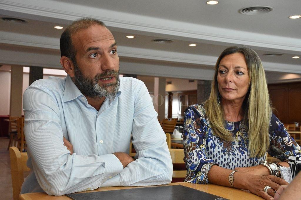 Mariano Fusero y Jaquelina Balangione, disertante y anfitriona de la jornada organizada por la Defensa Pública provincial. <strong>Foto:</strong> Luis Cetraro