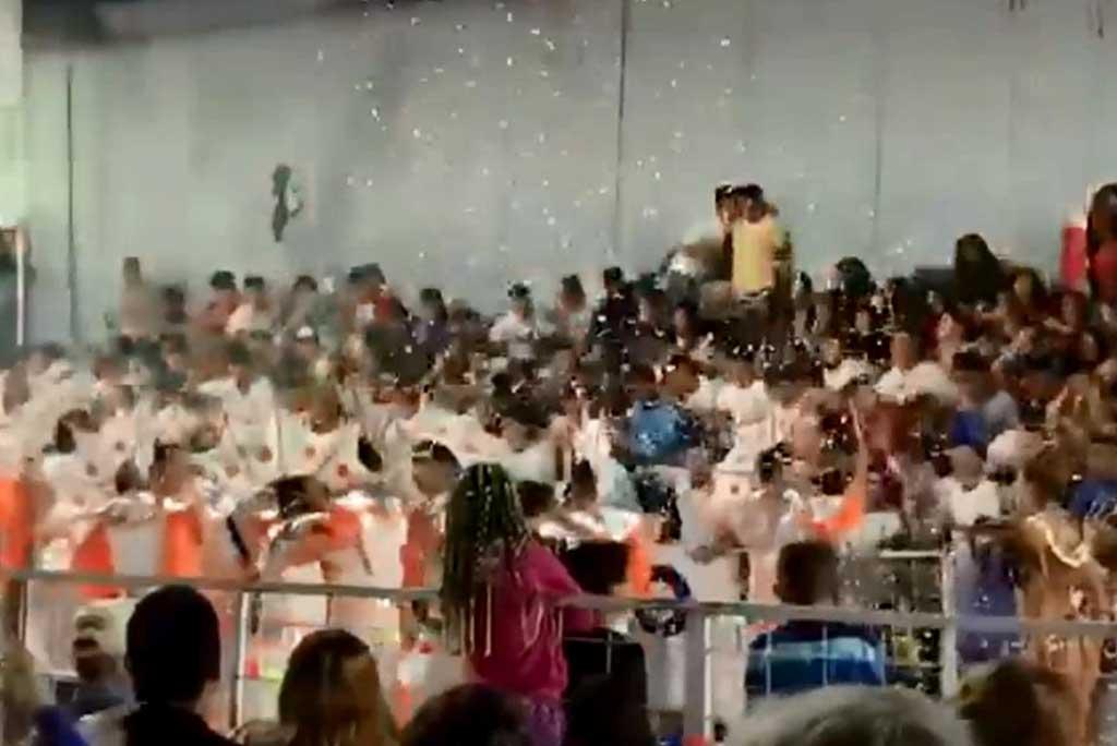 Festejaban los carnavales y se desplomó una tribuna