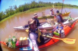 """Un grupo de amigos le dan """"una caricia"""" al río cada vez que salen en sus kayaks -  -"""