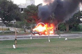 Video: se incendió una camioneta en el acceso a Santa Fe -