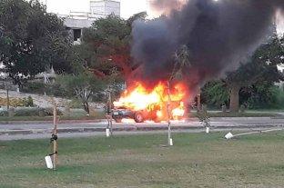 Video: se incendió una camioneta en el acceso a Santa Fe