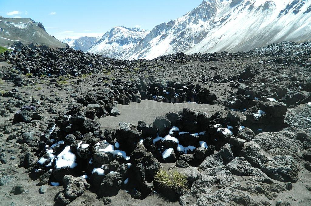 Hallan restos de pipas y vasijas de 1.500 años de antigüedad en plena Cordillera