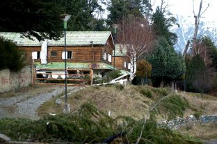Mapuches destruyeron un hotel e hicieron ahí sus casas - Imagen del hotel abandonado que fue tomado por un grupo de mapuches cerca del lago Mascardi -