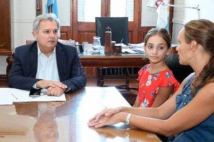 Pili, la niña de oro de la danza podrá viajar a competir en Estados Unidos  - Una ayuda importante. El ministro Farías se reunió días atrás con la bailarina Pilar Cardozo y su mamá, Tatiana Chmaruk. -