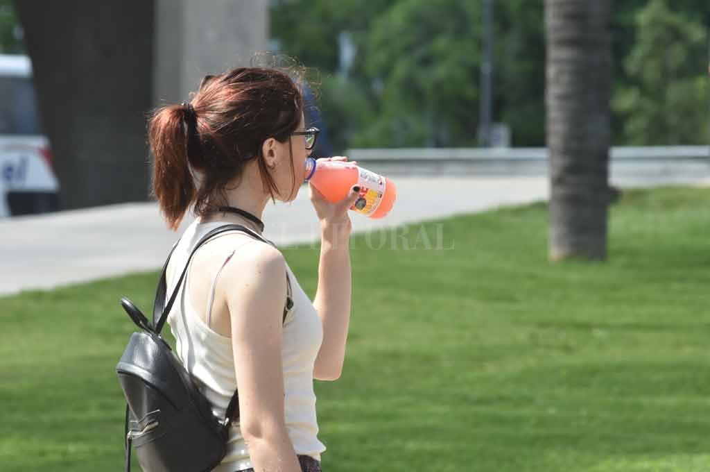 El alerta amarilla por el calor también afecta a Santa Fe - Hidratarse es clave para no sufrir golpes de calor -
