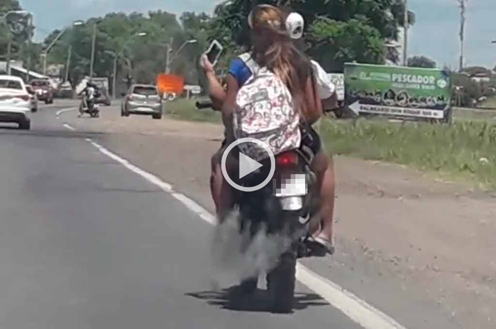Video: sin cascos y sacándose selfies arriba de la moto