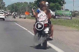 Video: sin cascos y sacándose selfies arriba de la moto -  -