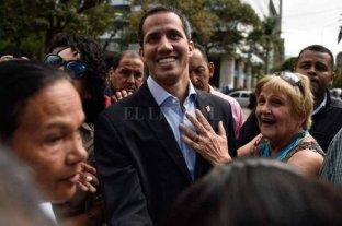 Policía de Venezuela bloquea autopista por donde Guaidó prevé viajar por la ayuda