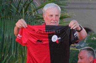 ¿Qué pasa con la camiseta de Colón?  - Hace dos años. El presidente Vignatti presentando la primera Burrda Sport en el Hotel de Campo Colón. La relación no pasa por el mejor momento. -