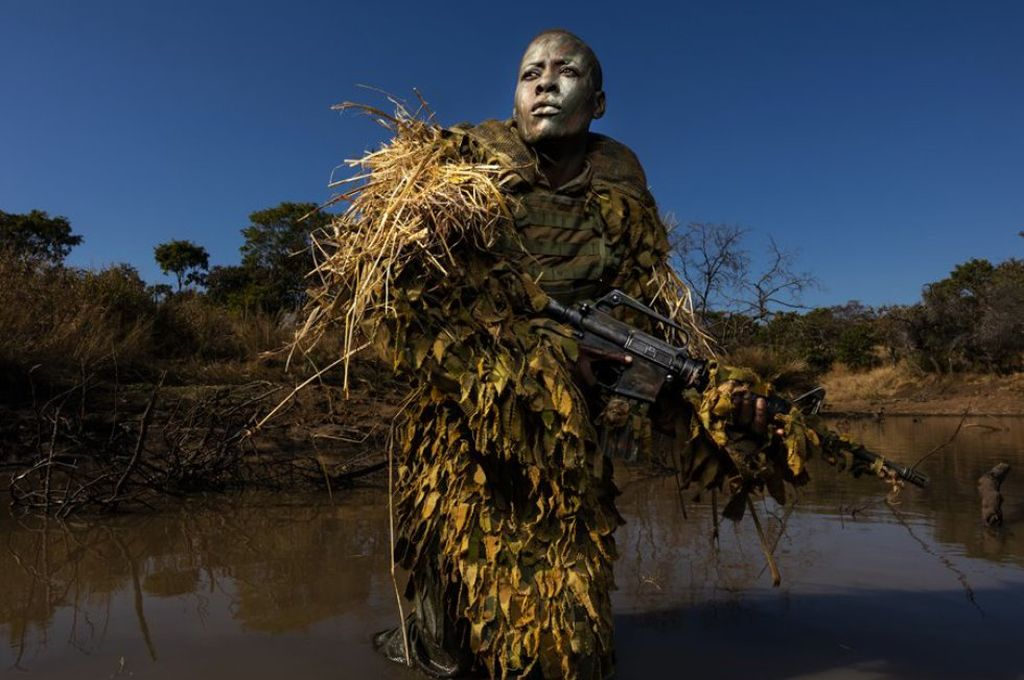 Petronella Chigumbura, que forma parte de un grupo de guardabosques, compuesto solo por mujeres, que persigue a cazadores furtivos en el parque natural de Phundundu, en Zimbabue <strong>Foto:</strong> Brent Stirton - Getty Images
