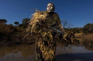 Las candidatas a mejor fotografía del año - Petronella Chigumbura, que forma parte de un grupo de guardabosques, compuesto solo por mujeres, que persigue a cazadores furtivos en el parque natural de Phundundu, en Zimbabue -