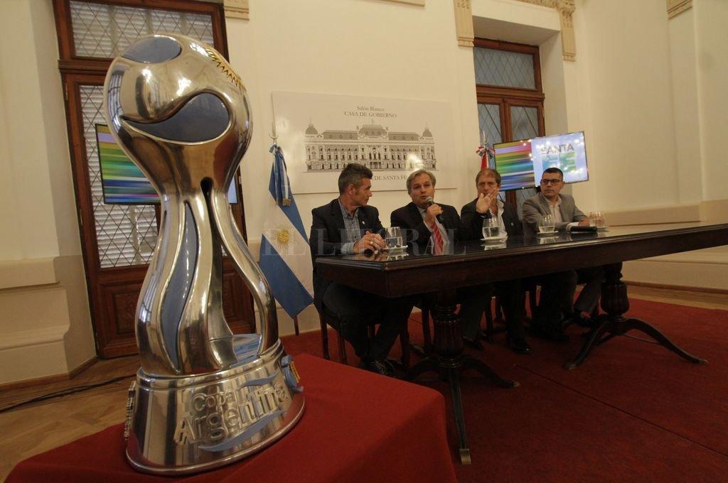 La más preciada. La Copa Argentina expuesta en el Salón Blanco de la Casa de Gobierno, encabezando el acto de presentación realizado ayer. Crédito: Mauricio Garín