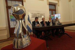 De Santa Fe para todo el país  - La más preciada. La Copa Argentina expuesta en el Salón Blanco de la Casa de Gobierno, encabezando el acto de presentación realizado ayer. -