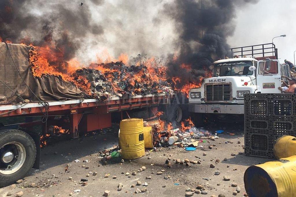 Denuncian que la Policía Nacional Bolivariana quemó la ayuda humanitaria que ingresó por Colombia