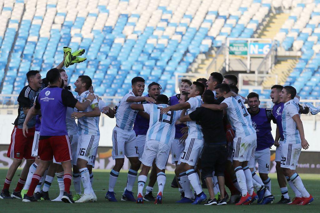 Jugadores de Argentina festejan el triunfo ante Uruguay que les dio el pase la Mundial de Polonia. Crédito: Agencia