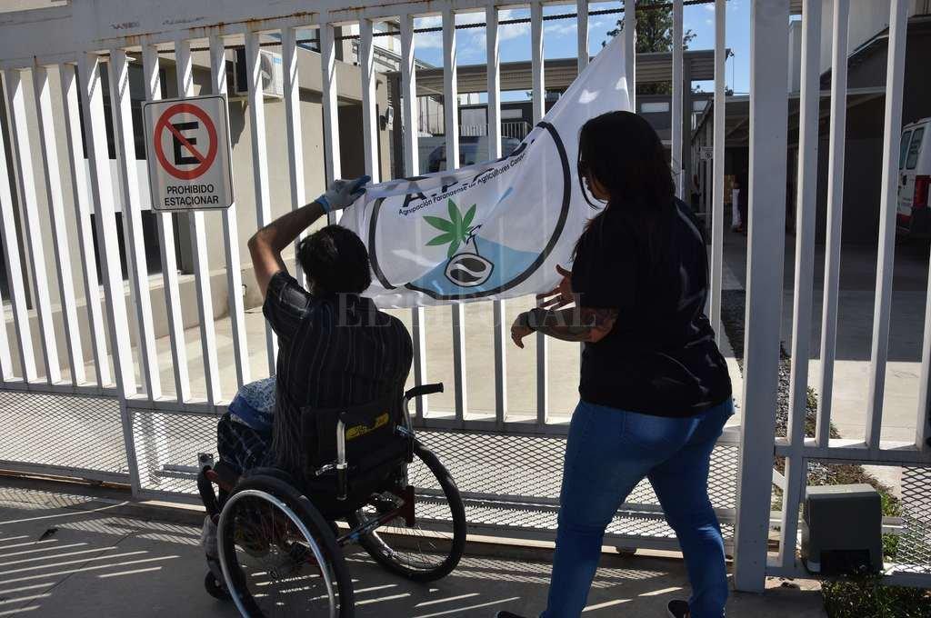 Abrazo simbólico. Las diez organizaciones de toda la provincia se manifestaron frente al laboratorio provincial. <strong>Foto:</strong> Flavio Raina