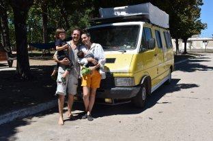 Vendieron todo, compraron una ambulancia vieja y ahora recorren el país con sus hijos