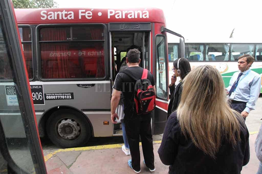 Filas y largas esperas. Una postal que se vive habitualmente en las terminales de Santa Fe y Paraná <strong>Foto:</strong> Mauricio Garín