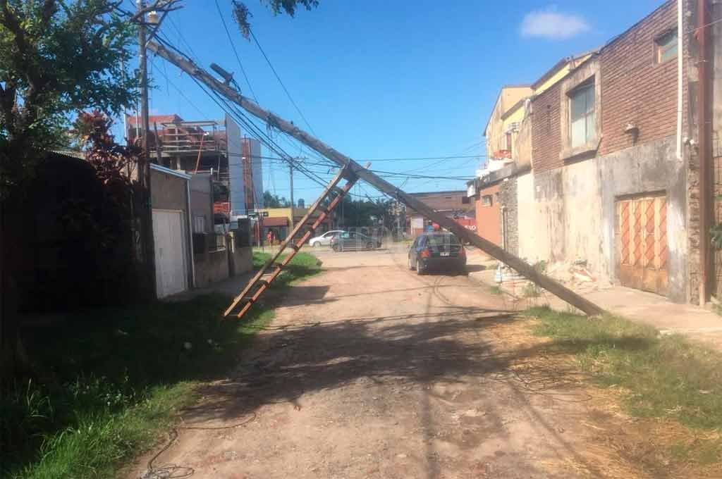 Así quedó un poste en la zona de Pasaje García Bañón al 8400 <strong>Foto:</strong> Periodismo Ciudadano / WhatsApp