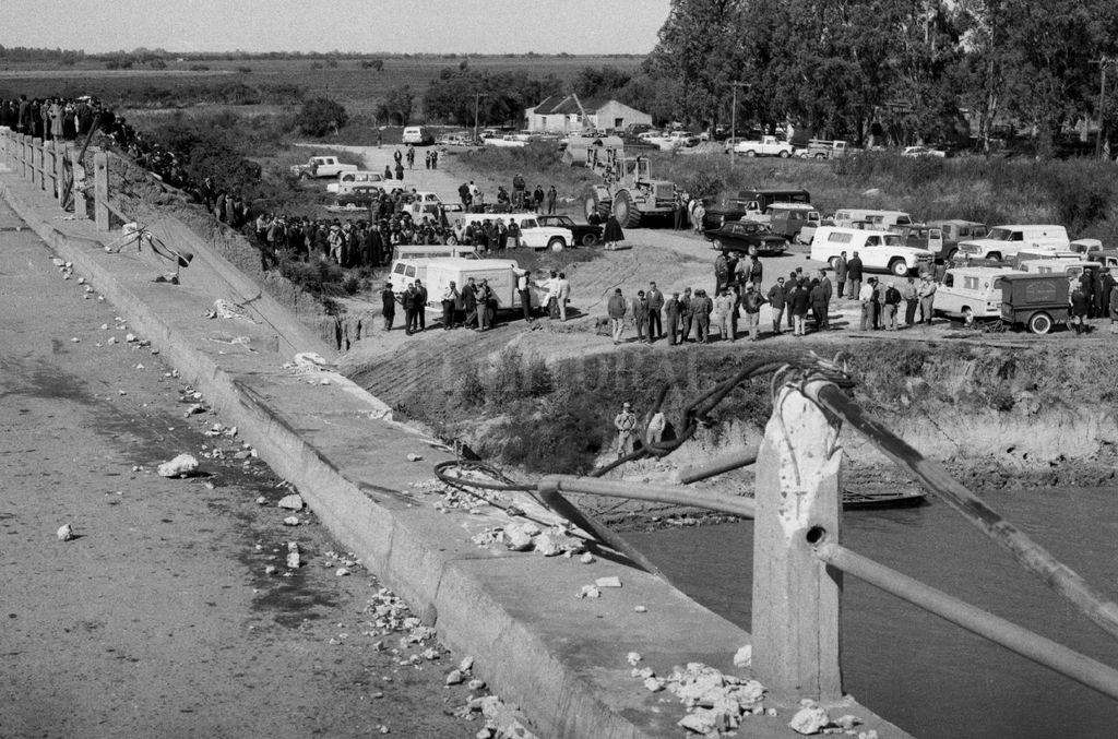 """Presentación. El libro """"El puente de las ánimas. La tragedia de Arroyo Leyes y la historia de los sobrevivientes"""" (Ed. Modesto Rimba, 130 pág.), de Gustavo Farabollini, será presentado el 22 de marzo, a las 20, en el salón de UPCN Santa Fe, de Rivadavia y Tucumán. En la foto, el día del accidente. <strong>Foto:</strong> Archivo"""