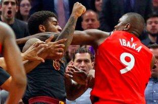 Video: a las piñas en pleno partido de NBA