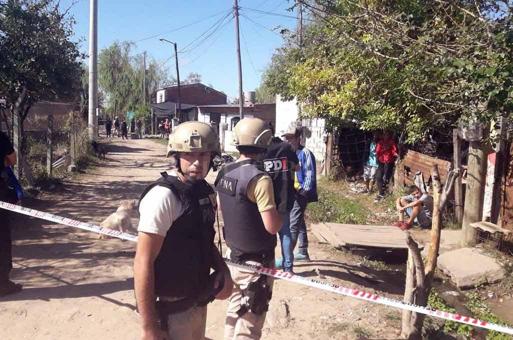 Recién a media mañana, la policía pudo ingresar a la zona crítica y procedió con los peritajes. <strong>Foto:</strong> Flavio Raina