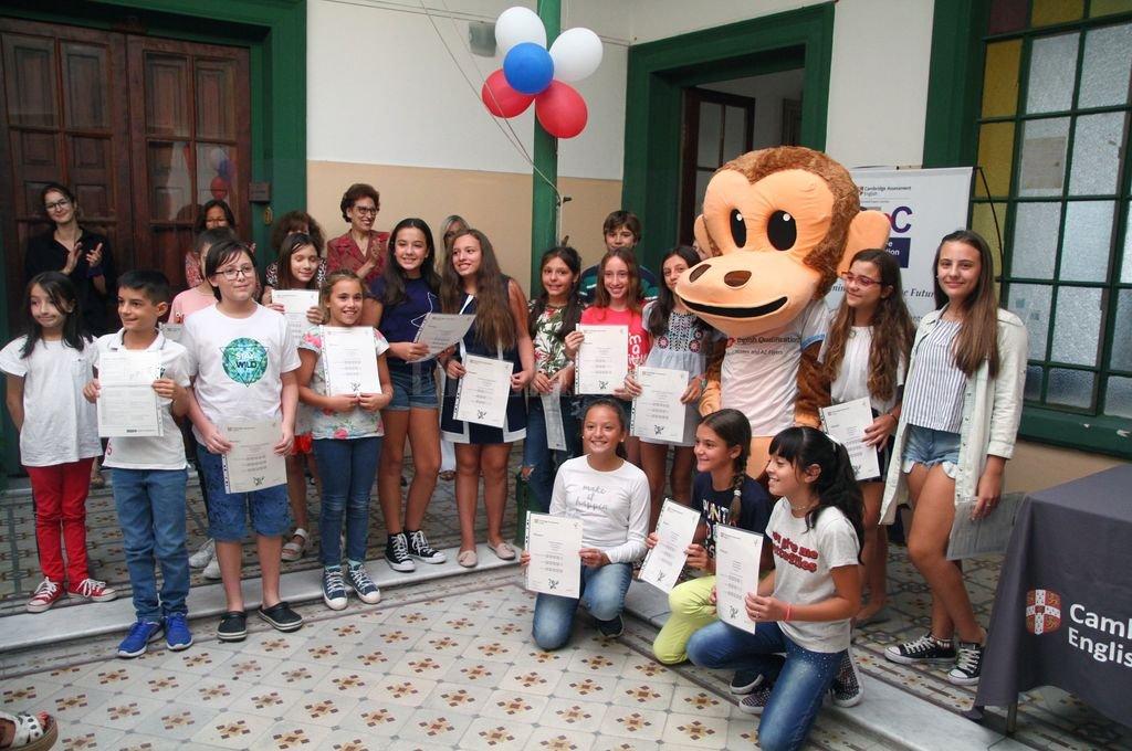 Los alumnos celebraron el éxito de los exámenes junto a Monkey, la mascota oficial de Cambridge YLE. <strong>Foto:</strong> Pablo Aguirre