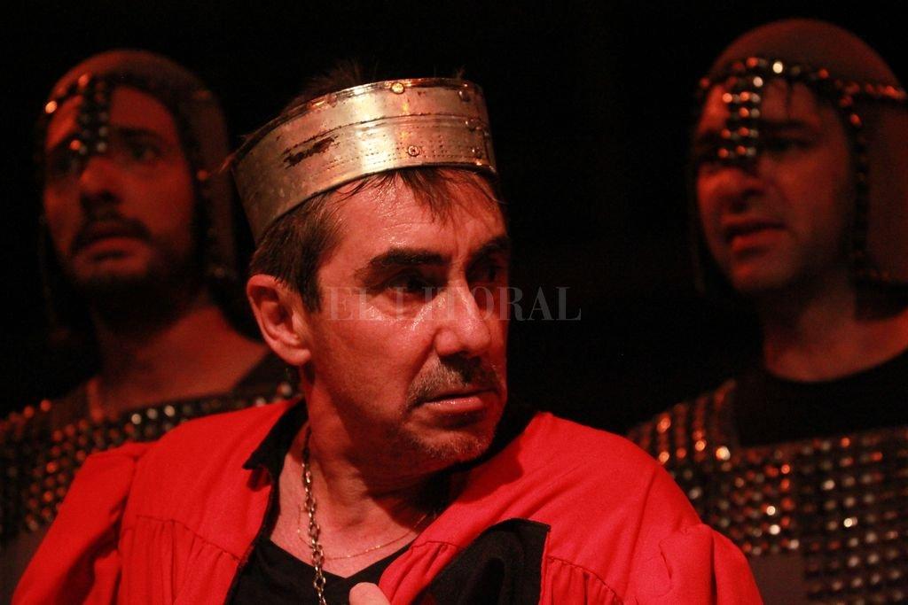 El actor Raúl Kreig interpreta al rey Ricardo III en la versión dirigida por Sergio Abbate que vuelve a los escenarios santafesinos por sexto año. Crédito: Gentileza producción