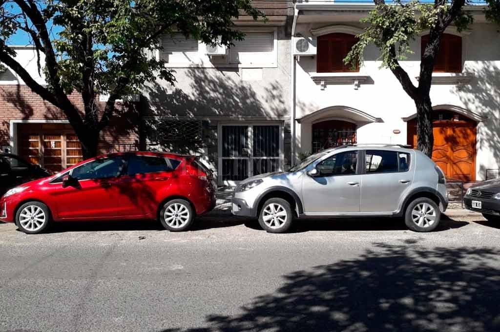 Hipólito Yrigoyen al 3200. Los autos tapan el acceso a una cochera. El dueño de casa, indignado y cansado contó los inconvenientes que sufre a diario.  <strong>Foto:</strong> Periodismo Ciudadano / WhatsApp