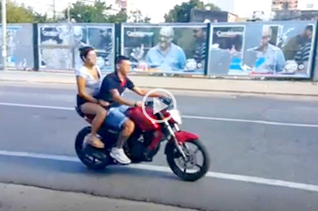 En moto, sin casco y en contramano por calle Mendoza