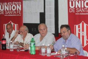 """Marcelo Martín, Spahn y Taborda: ¿hay unidad?  - ¿Podrá Luis convencerlos? Edgardo Zin (vice), Jorge Cíceri (tesoero) y Amílcar Cecotti (secretario), al lado de Spahn en una de las últimas asambleas en el Club Atlético Unión. Ahora, la pregunta del millón es si el actual presidente podrá convencer a su llamado """"núcleo duro"""" para deponer actitudes, resignar cargos e intentar la famosa unión en Unión. -"""