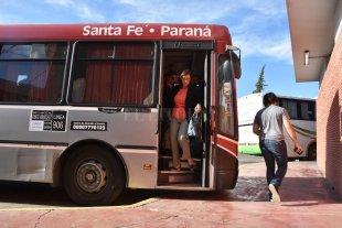 Un estudiante santafesino gasta cerca de  $ 1400 en colectivo para viajar a Paraná - Los estudiantes volvieron a clases con un nuevo incremento en el boleto del colectivo interurbano.  -