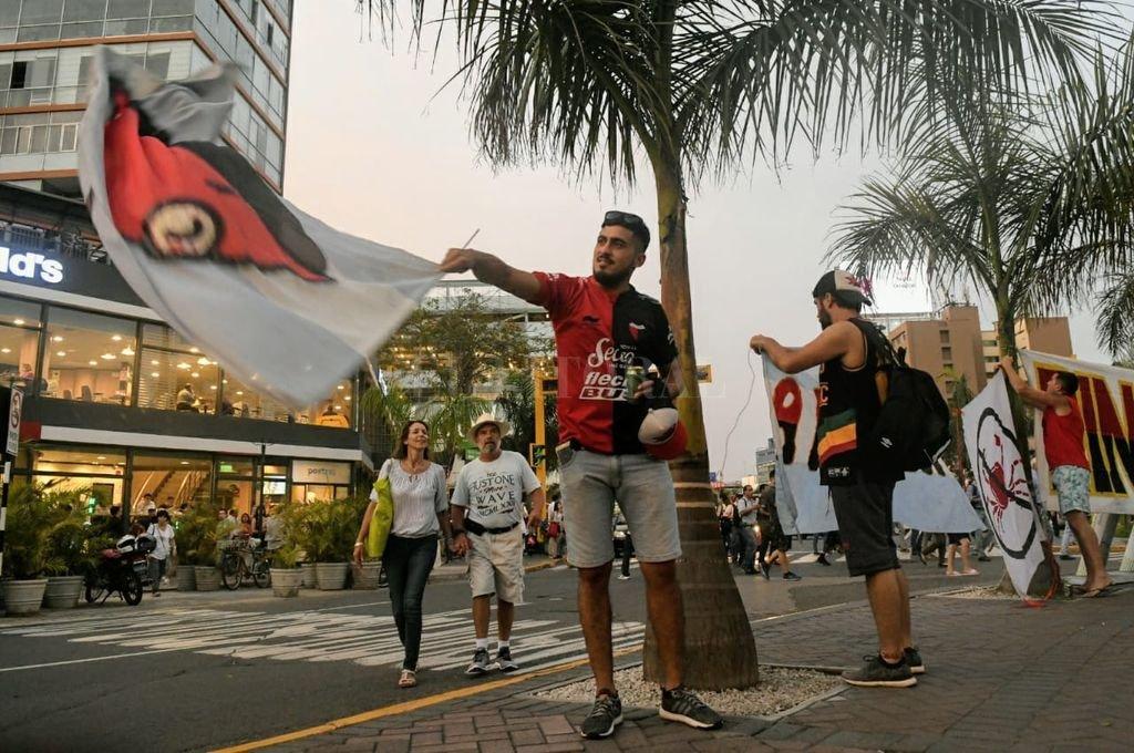 Banderazo de hinchas de Colón en Lima. <strong>Foto:</strong> Carolina Niklison