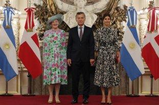 """Macri: """"Tomamos esta visita como un gran apoyo al cambio"""" - El presidente Macri, junto a la primera dama, Juliana Awada, y la Reina Margarita II, en el Salón Blanco, al momento de realizar la foto oficial. -"""