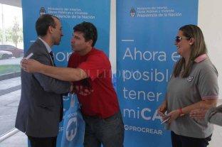 """Nueva entrega de viviendas en las  Torres Procrear del Parque Federal  - Rubén Meynet y su señora, recibiendo la llave de su casa. """"No se puede explicar la alegría que tenemos"""", dijeron. -"""