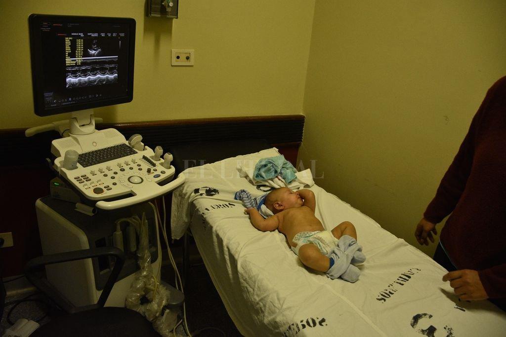 Proyectan operar a los 45 pacientes en lista de espera antes de fin de año - La ministra de Salud Andrea Uboldi aseguró ayer que en el hospital se van a seguir realizando las cirugías cardiovasculares. Esta es una de las salas de diagnóstico y control. -