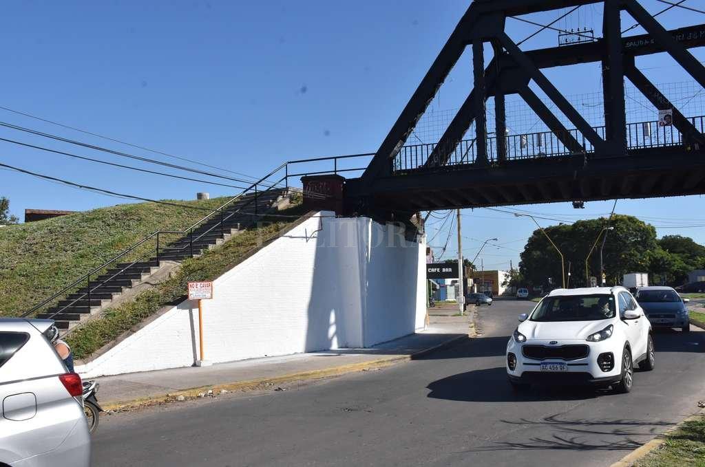 Taparon los murales bajo el Puente Negro