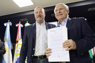 Licitaron la construcción del  puente sobre el Paraná Miní  - El intendente Paduán entregó a Lifschitz un decreto saludando la presencia del gobernador en Villa Ocampo -