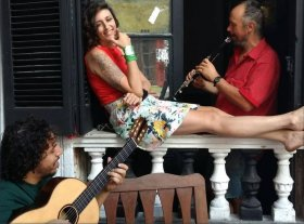 Humor, murga y raíz folclórica - Marco Kofman en composición y guitarra, Noelia García en voz y Matías Marcipar en vientos continúan en trío la experiencia de El Fuego de la Semilla. -