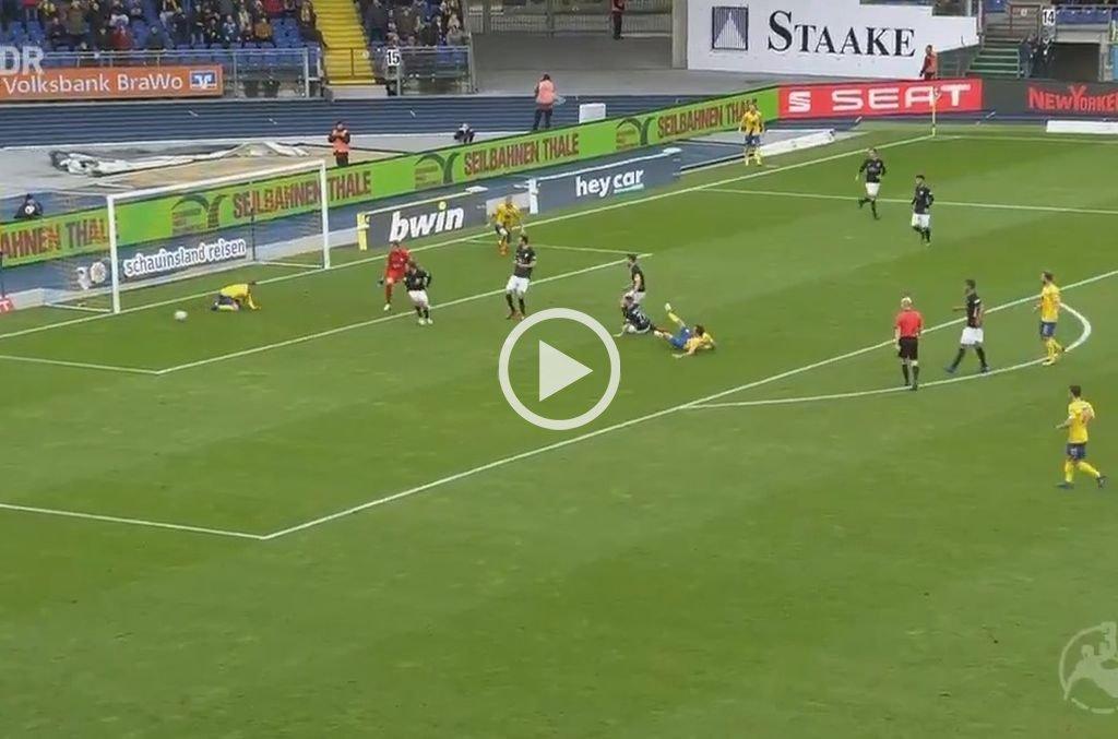 Video: Erró un gol insólito y luego evitó el del compañero en la misma jugada