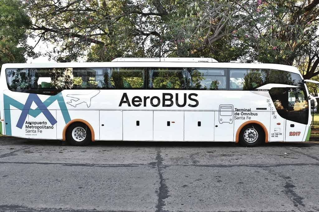 Aero Bus. Ya está ploteado, listo para ascender a los pasajeros y llevarlos al aeropuerto de Sauce Viejo. <strong>Foto:</strong> Flavio Raina