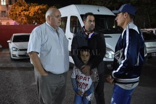 """Spahn, a puro """"palitos"""" - El presidente de Unión, Luis Spahn, dialogando distendido con Juan Pablo Pumpido y Mauricio Martínez en la playa de estacionamiento del club."""