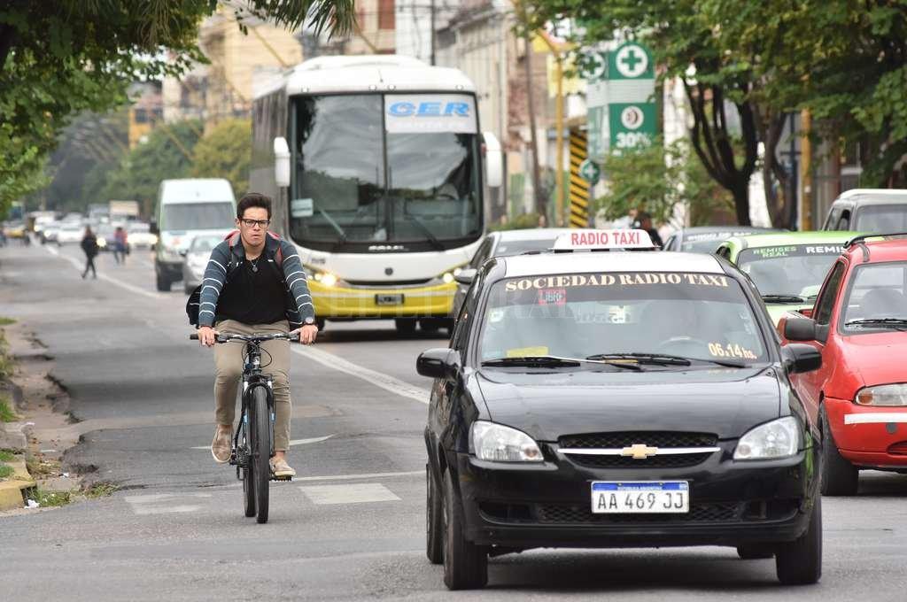 Movilidad. A veces el bolsillo impide elegir en qué medio viajar, otras es una decisión personal. <strong>Foto:</strong> Flavio Raina
