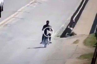 Video: mordió un pozo con la moto y cayó al asfalto en la RN 11 -