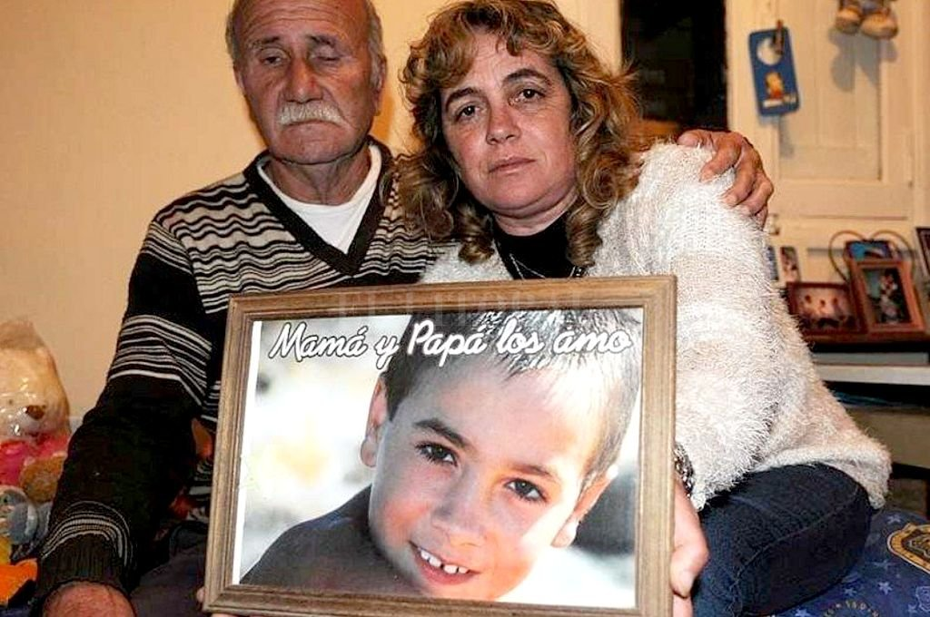 El padre y el hijo, asesinados en la misma vivienda en 2019 y 2011, respectivamente. La mujer, esposa y madre de las víctimas, permanece detenida. Crédito: Captura digital