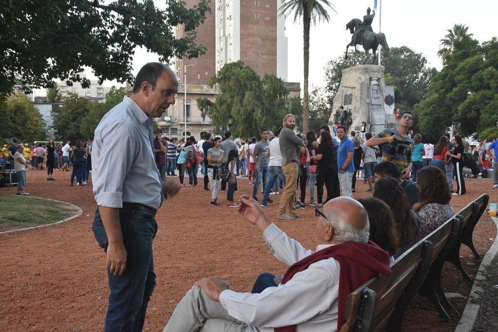 El intendente encabezó los festejos que se organizaron para celebrar la inauguración de otra plaza renovada. <strong>Foto:</strong> Luis Cetraro