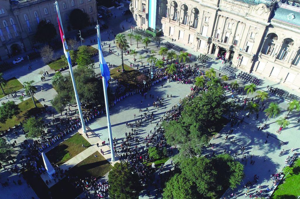 La Provincia ya realizó más de 150 grandes obras en la ciudad - Plaza de Mayo. Fue totalmente remodelada y será el lugar en el que se llevará a cabo el acto de este lunes. -