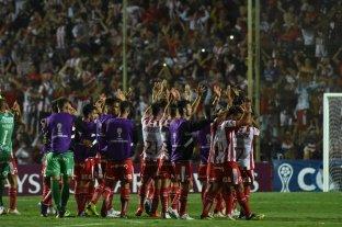 ¿Alcanzará con tres puntos para ir a otra Sudamericana?  - El saludo de los jugadores de Unión y la euforia de la gente, luego de la victoria ante Independiente del Valle.